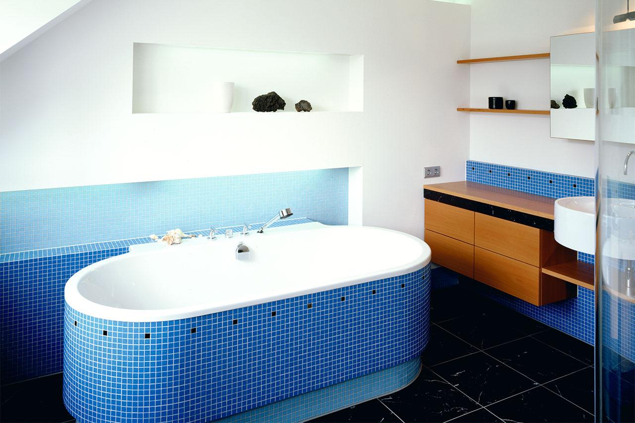Badezimmer mit Holzmöbeln